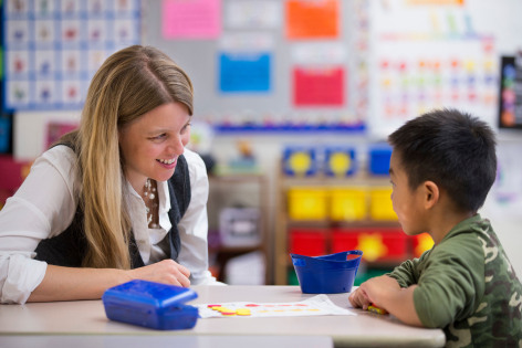 CET researcher Mollie Appelgate speaks with an elementary student